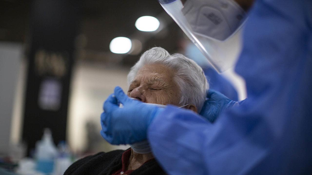 Domovy pro seniory mají už ve středu začít testovat své klienty. Antigenní testy ale stále nemají - Ilustrační foto.