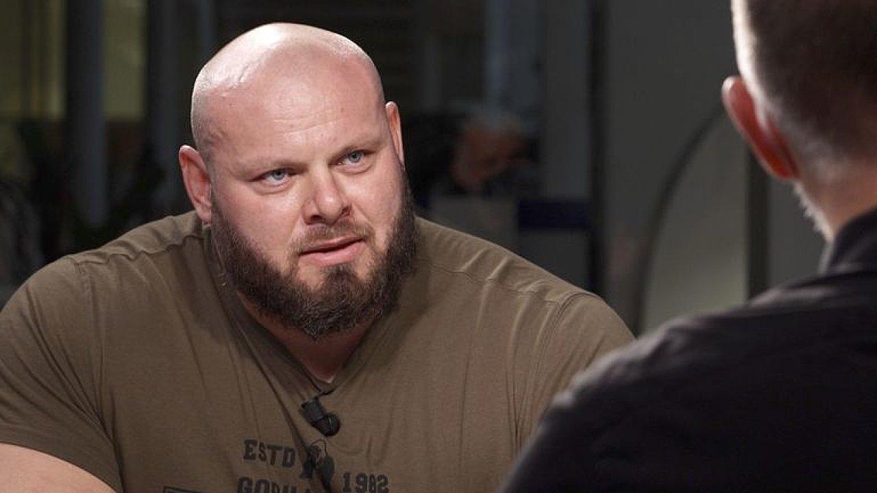 Nejsilnější muž světa: Váha půl tuny drtí kosti, udělám s ní dřep. Musíte být tvrdí.