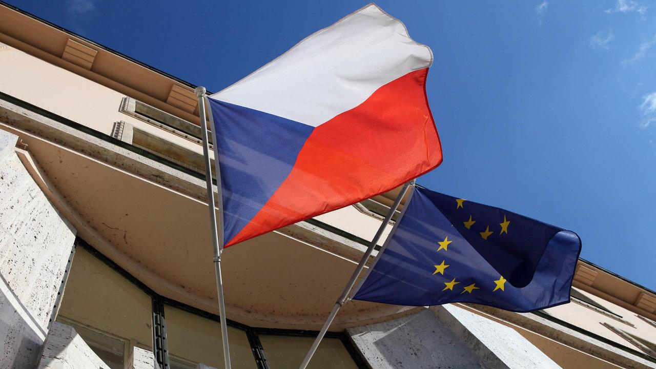 Umění čerpat. Evropská unie nabízí Česku ohromné množství peněz na dotacích, země ale dosud nenalezla hladký způsob jejich čerpání.