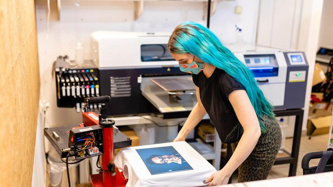 Tiskárna, která chce vkonkurenci uspět, musí umět perfektně potisknout nejen bavlněná trička apracovní oděvy, ale třeba také kartonové krabičky, hrníčky nebo obaly napizzu.