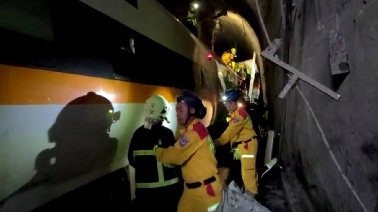 Záchranářům už se podařilo z vlaku vyprostit všechny cestující.