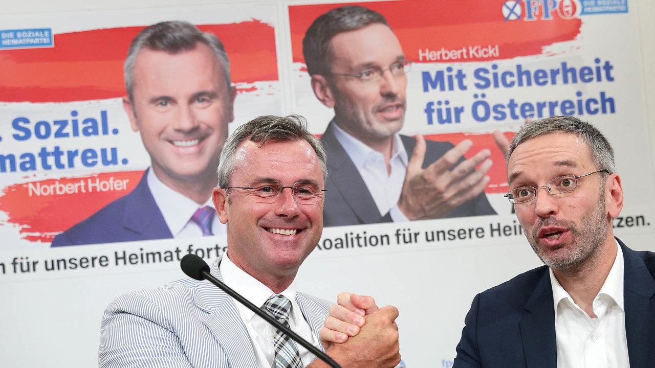 Umírněně vystupující Norbert Hofer (vlevo) skončil v čele svobodných. Místo něj stranu nyní povede bývalý ministr vnitra Herbert Kickl.