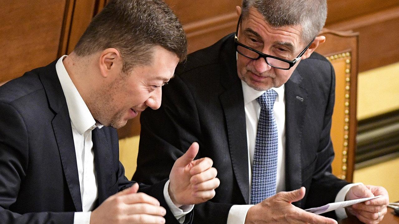Premiér Andrej Babiš (ANO) a předseda SPD Tomio Okamura (vlevo) na schůzi Sněmovny 19. prosince 2018 v Praze.