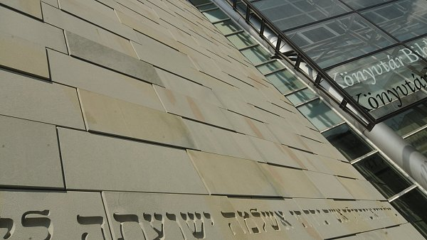 Hebrejský nápis na knihovně připomíná nacisty zničenou synagogu.