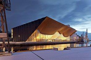Průčelí norského kulturního centra odděluje realitu od fantazie, připomíná vlny