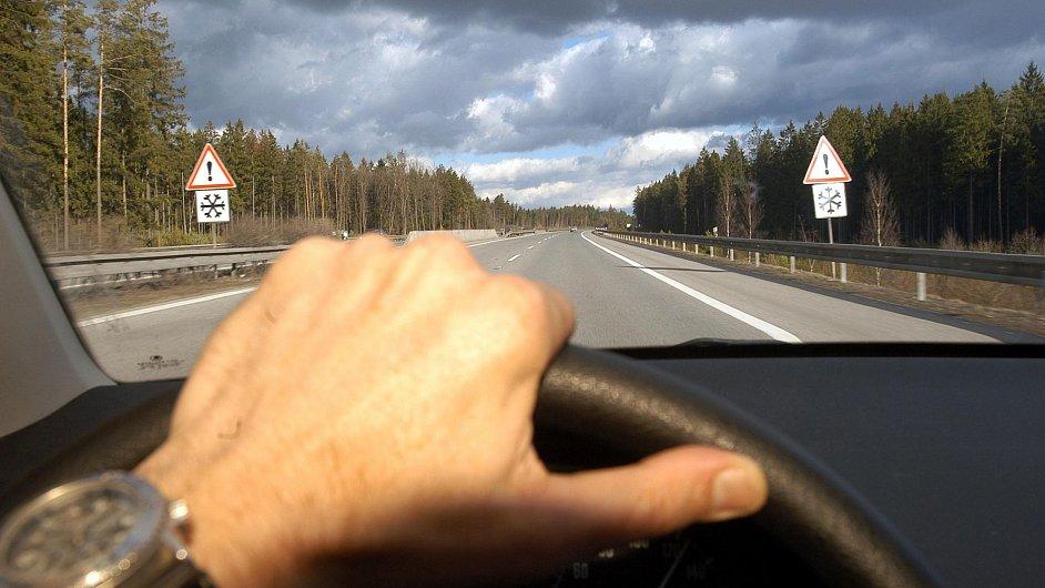 Silnice, ilustrační foto.
