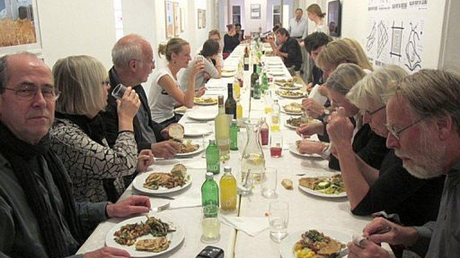 Takto vypadá večeře z neprodaných potravin, které organizují dvě Berlíňanky.
