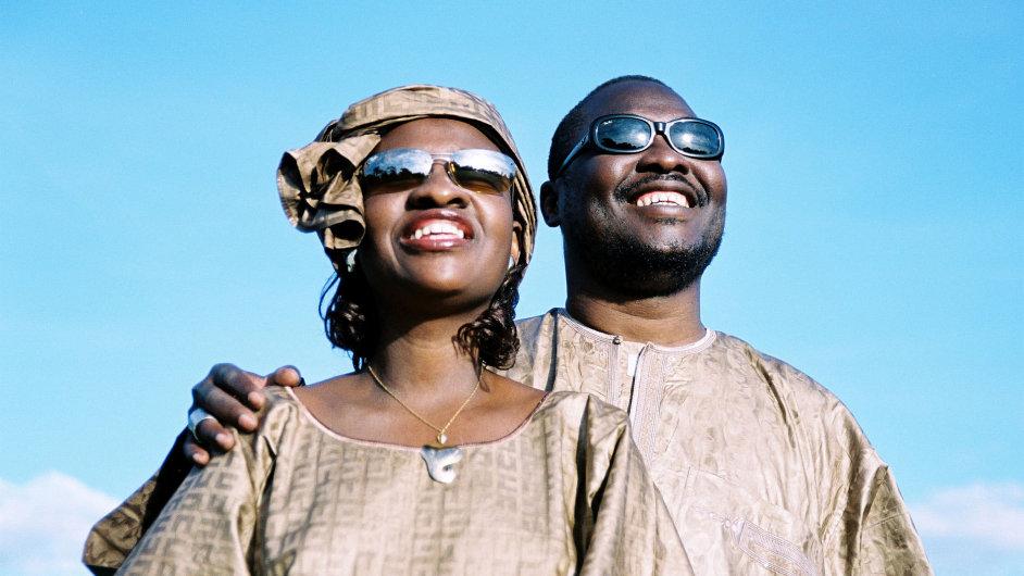 V písni Mali Ko účinkuje také slepecký pár Amadou a Mariam.