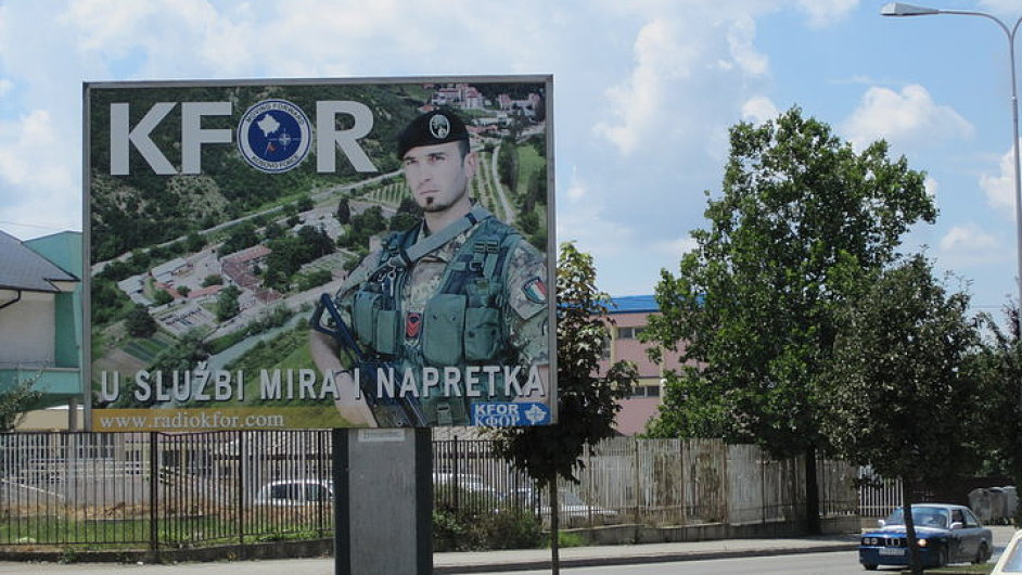 Billboard KFOR v Prištině