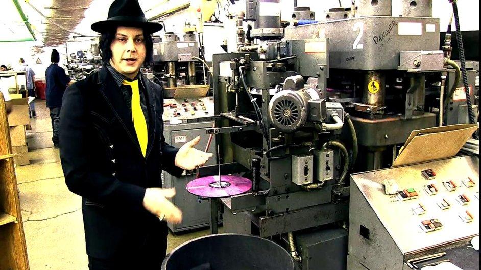 Jack White v lisovně vinylů v Nashvillu.