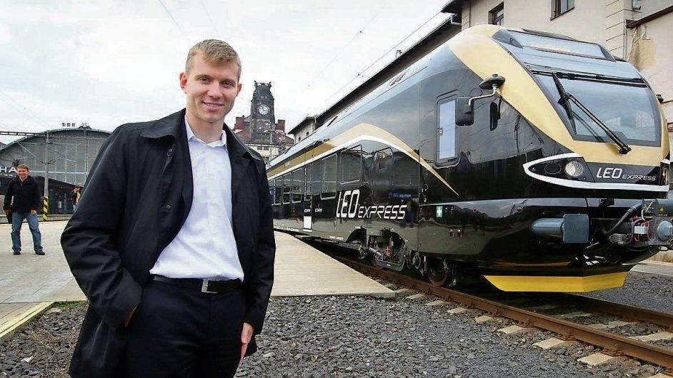 Majitel a šéf Leo Expressu Leoš Novotný mladší před vlastní soupravou na pražském hlavním nádraží.
