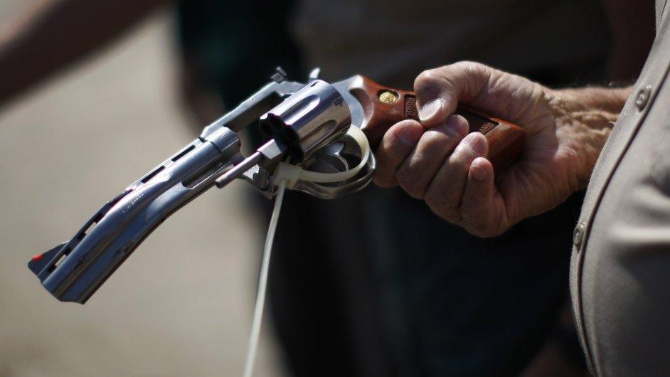V USA likvidují zabavené zbraně a vyrábí z nich tvárnice