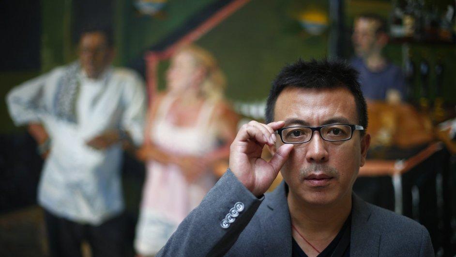 Čínský umělec Liou Siao-tung před obrazem Green Pub