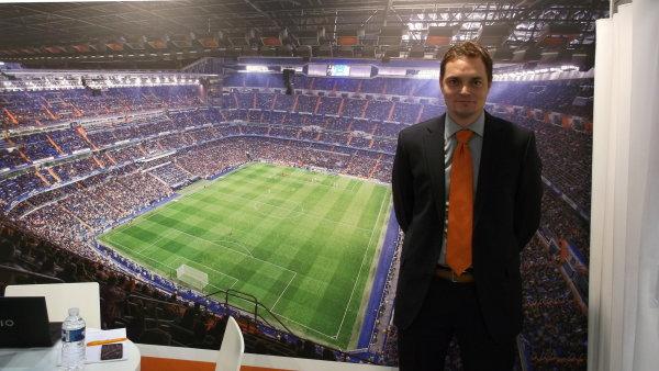 Jednatel společnosti Schwank Aleš Fukar před fotkou fotbalového stadionu Realu Madrid