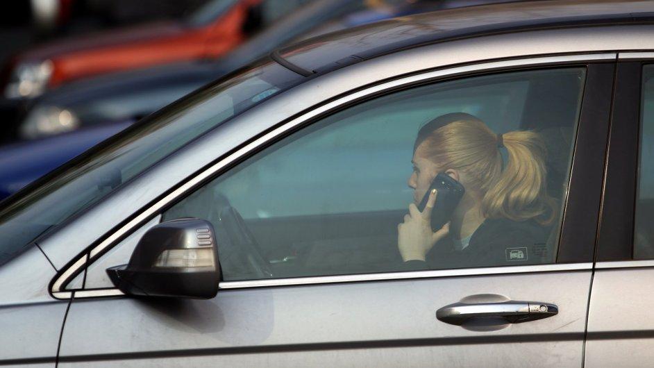 Telefonování za jízdy je přestupek - Ilustrační foto