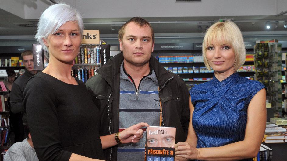 Bývalá Rathova mluvčí Berill Mascheková (vlevo) na snímku z října 2012 s Rathovým právníkem Adamem Černým a Petrou Paroubkovou.