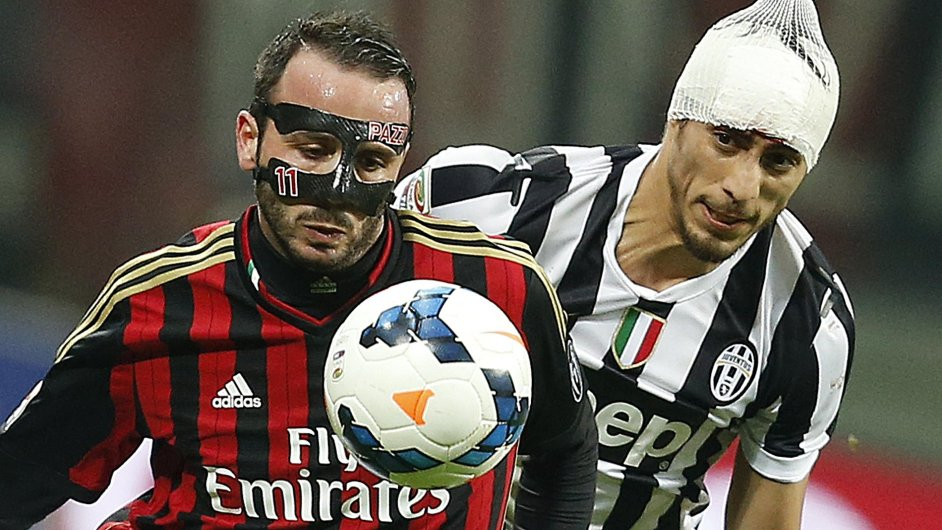 AC Milán potřebuje léčbu. Tak jako jeho útočník Giampaolo Pazzini (vlevo) i soupeřův obránce Martin Caceres z Juventusu