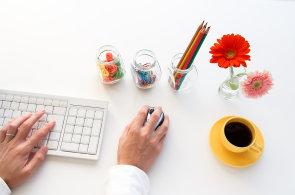 Pracovní stůl a uspořádání kancelářských potřeb.