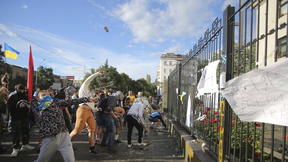 Protesty u ruské ambasády v Kyjevě