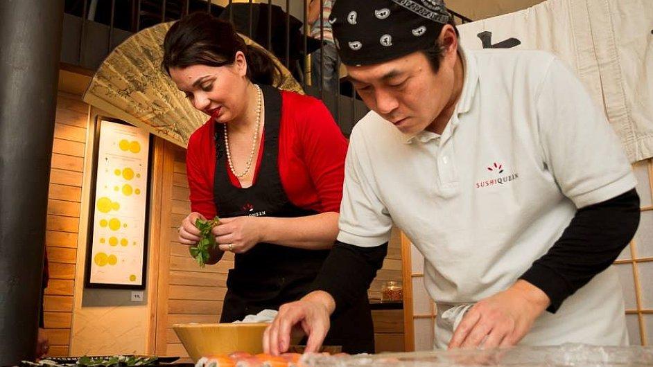Podnikatelka Barbora Rektorová připravuje sushi