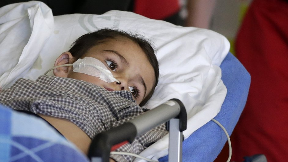 Ashya King při převozu do nemocnice v Motole.