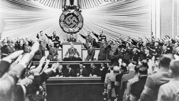 Adolf Hitler vyhlašuje válku