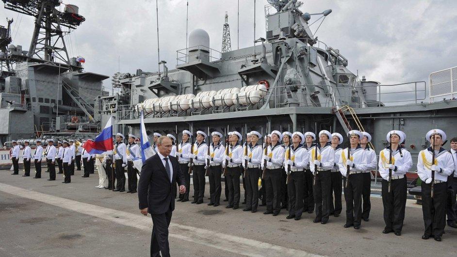 Ruský prezident Vladimír Putin při prohlídce černomořské flotily na konci září.