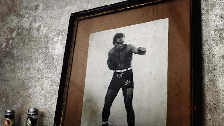Zákoutí baru s fotografií legendárního amerického boxera Joea Louise.