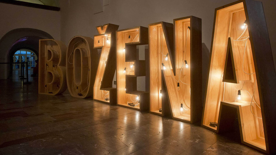 Instalace Lenky Klodové z roku 1997 nazvaná O Boženě patří k nejvýraznějším dílům výstavy.