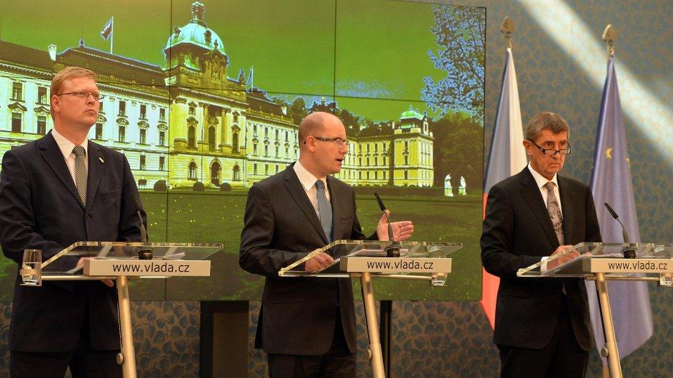 Zleva místopředseda vlády pro vědu a výzkum Pavel Bělobrádek, premiér Bohuslav Sobotka a ministr financí Andrej Babiš.