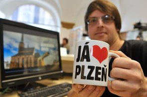 CNN zve turisty do Plzně na pivo a nový cirkus, The Independent, za světlem