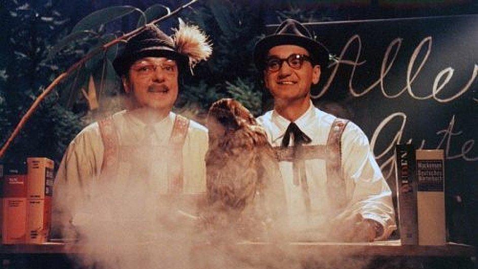 Karl a Egon učili Česko německy v České sodě. Začínali legendárním pozdravem Alles Gute.