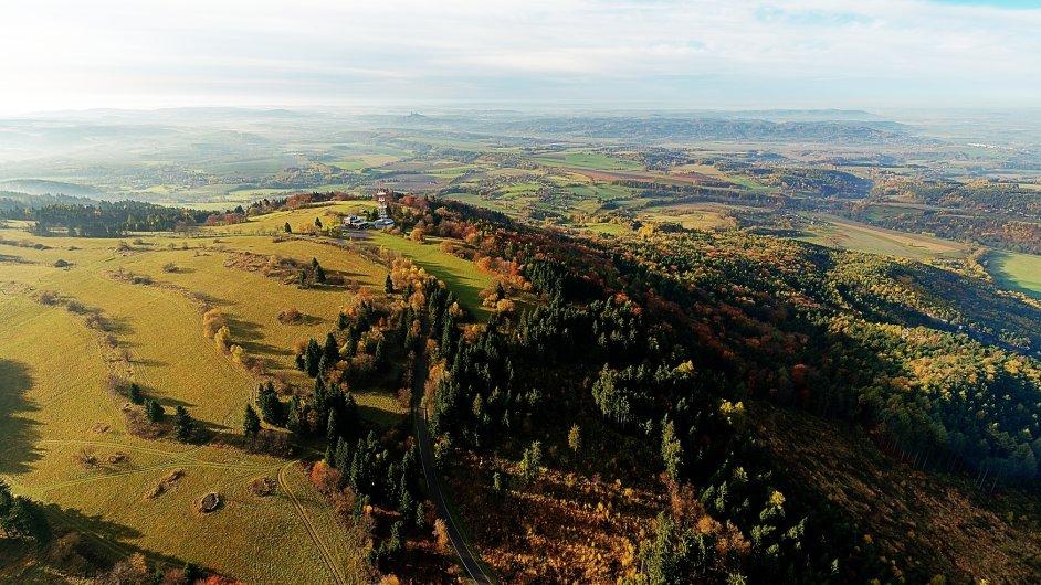 Rozhledna na vrchu Kozákov v Českém ráji na leteckém snímku. V pozadí uprostřed hrad Trosky.