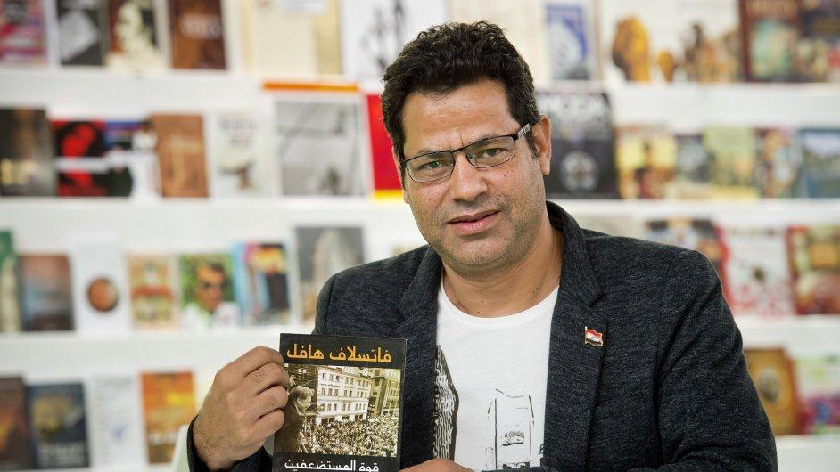 Egyptský bohemista a překladatel Chálid Biltagí se svým překladem Havlovy Moci bezmocných.