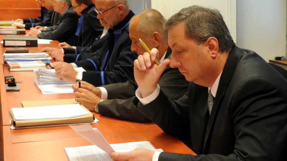 Hlavní líčení v kauze údajně předražených zakázek Krajské zdravotní. Obžalobě čelí i současný ředitel Petr Fiala (vpravo).