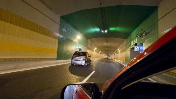 �estikilometrov�m tunelov�m komplexem ka�d� den projede pr�m�rn� asi 60 tis�c aut.