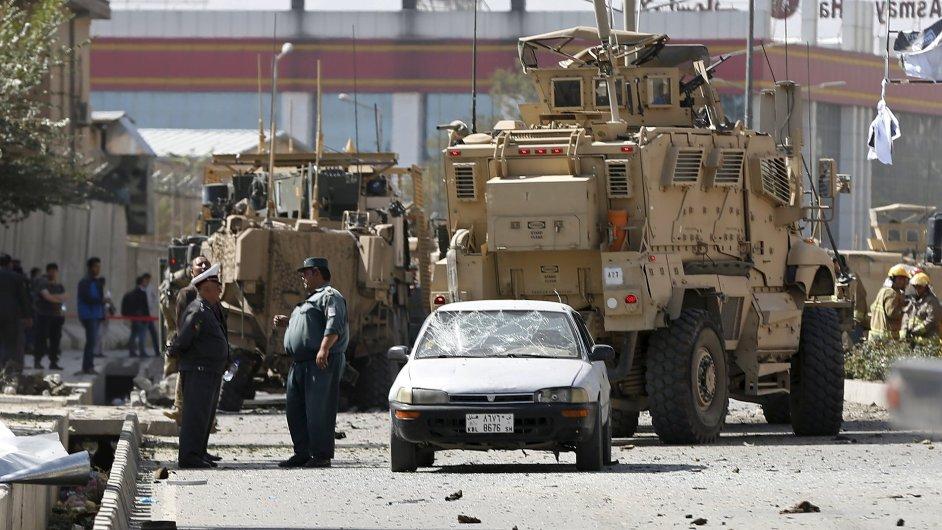 Afghánské bezpečnostní síly vedle poškozeného civilního vozu na místě sebevražedného výbuchu v Kábulu.