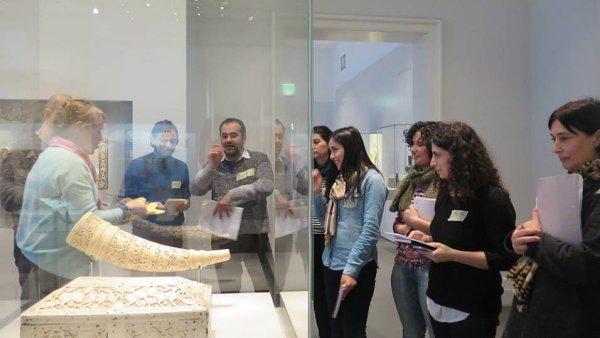 Projekt nazvaný Multaka integruje uprchlíky jako průvodce v berlínských muzeích.