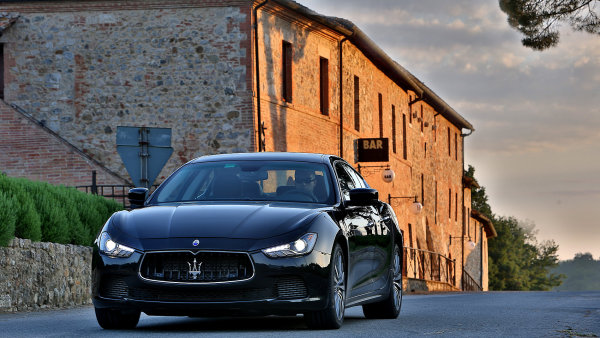 Svol�n� kv�li oprav� se t�k� i voz� Maserati Ghibli - Ilustra�n� foto.