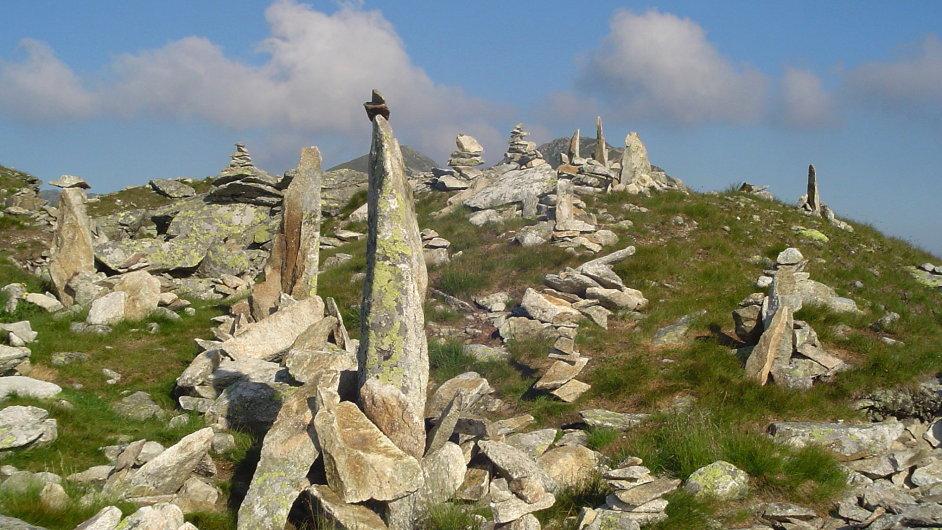 Kamenní mužici by měli značit cestu, stal se z nich však rozmar turistů. Ti je stavějí, kde je napadne.