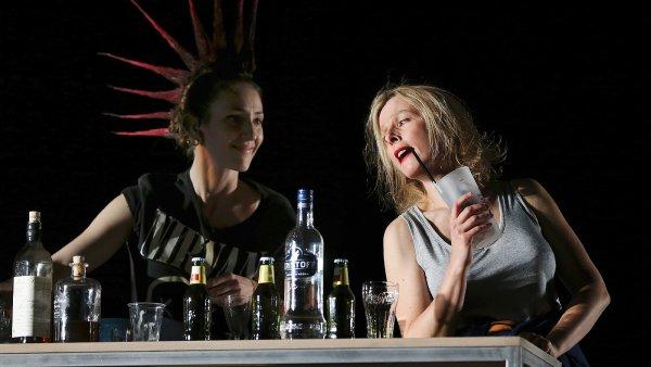 Na snímku z pařížské inscenace hry Petra Zelenky Vera je vpravo herečka Karin Viardová.