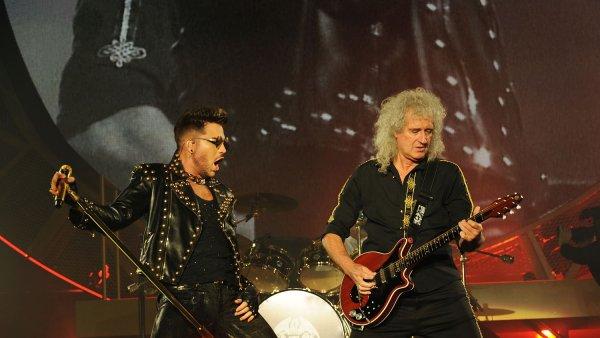 Na snímku z nedávné koncertní šňůry jsou zpěvák Adam Lambert a kytarista Brian May.