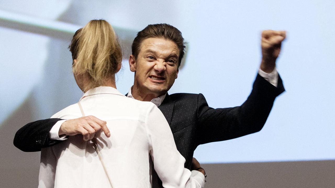 Snímek z debaty s Jeremym Rennerem v Karlových Varech.