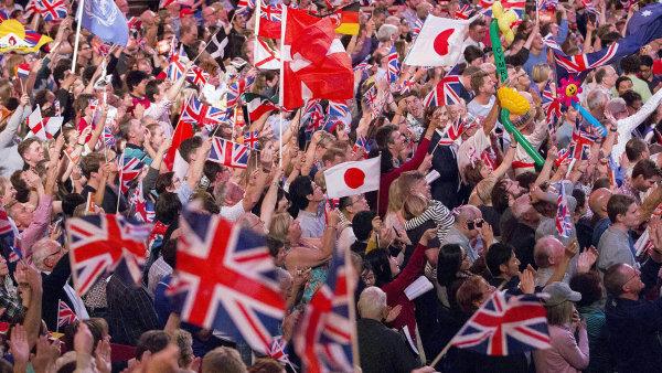 Na dva roky starém snímku z koncertu v londýnské Royal Albert Hall v rámci festivalu BBC Proms návštěvníci mávají nejen britskými vlajkami.