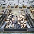 Mall pro zvládnutí sezony rozšířil počet balíkových přepravců na osm. Ze skladu v Jirnech zvládne vyexpedovat až 90 tisíc zásilek denně.