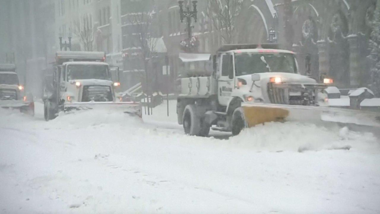 Sněhová bouře trápí východ USA, na jihu leguáni padali ze stromů.