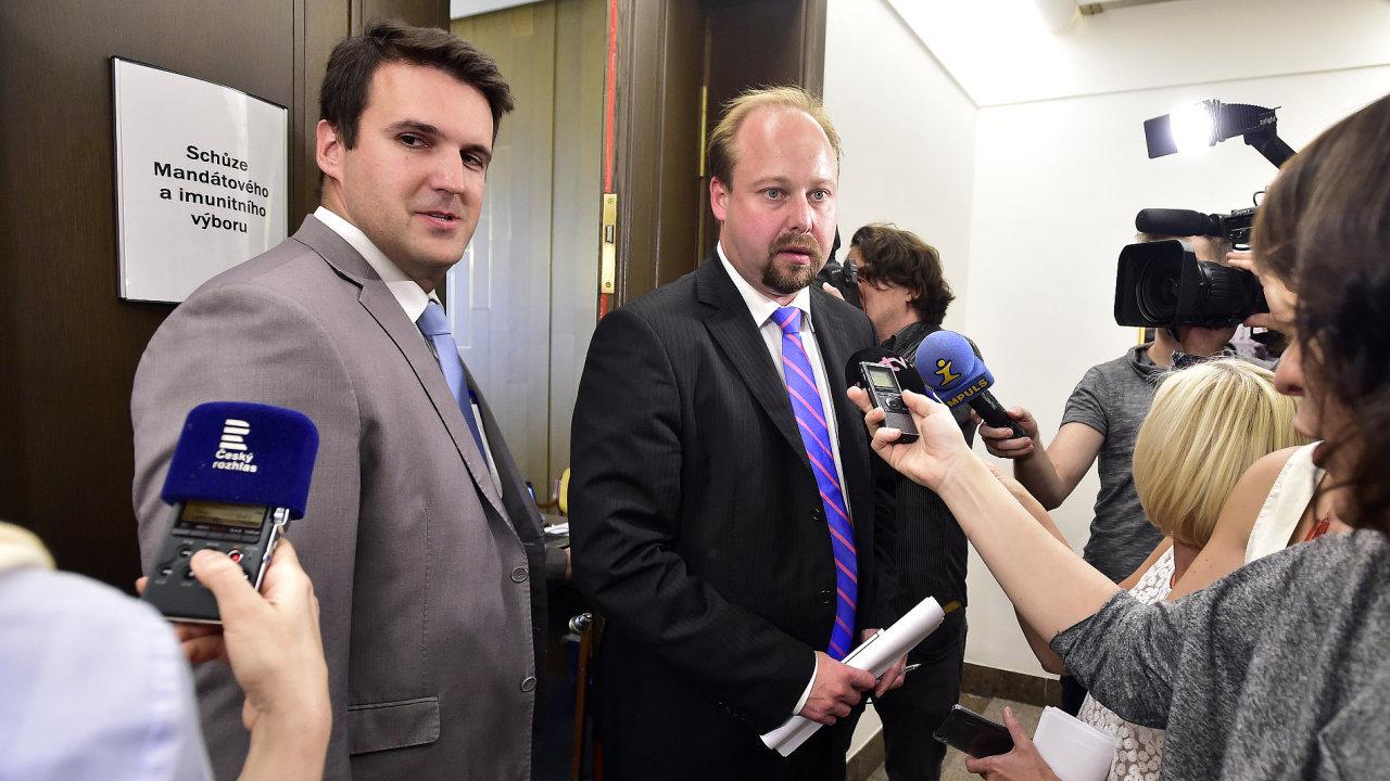 Na snímku odpovídají novinářům zleva místopředseda výboru Matěj Fichtner (ANO) a člen výboru Jeroným Tejc (ČSSD).
