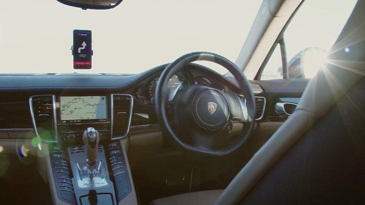 Chytrý telefon namísto řidiče. Huawei testuje přístroj, který řídí automobil.