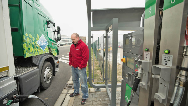 Ilustrační foto – plnění nádrže kamionu na CNG.