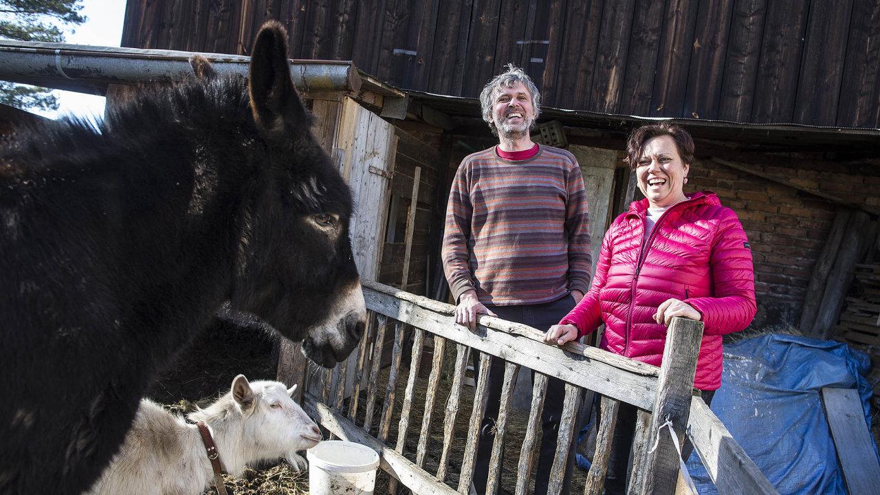 Manželé Novákovi mají malý penzion vPoustce uFrýdlantu. Chovají osla a kozu, mají i keramickou dílnu a pořádají tábory pro děti. Pan Novák dělá sochy ze dřeva.